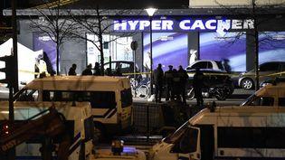 L'épicerie Hyper Casher, porte de Vincennes à Paris, où le terroriste Amedy Coulibaly a pris en otage une quinzaine de personnes, le 9 janvier 2015.  (ERIC FEFERBERG / AFP)