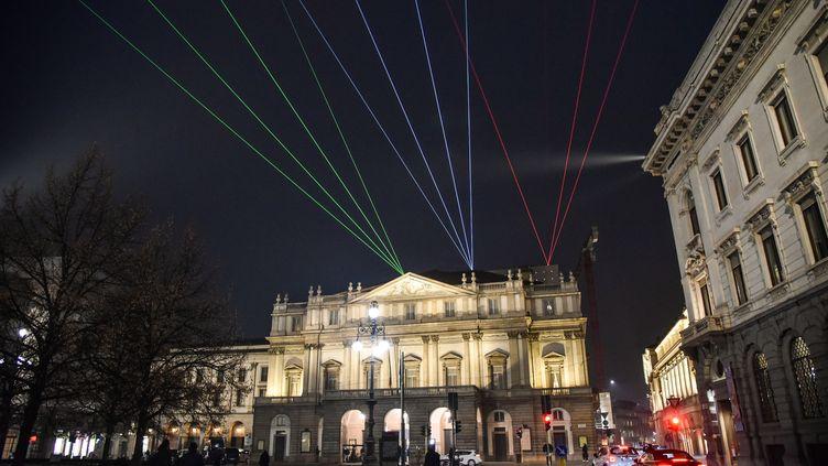 Des rayonslumineux verts, bleus et rouges dans la nuit de Milan, le 7 décembre 2020, pour une réouverture de la Scala dans des conditions très particulières du fait de la pandémie de coronavirus. (MATTEO CORNER / ANSA / MAXPPP)