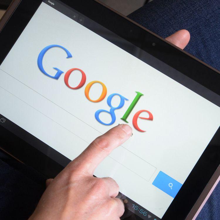 Avec son formulaire de suppression de résultat de recherche, Googlese met en conformité avec une décision de la Cour de justice de l'Union européenne. (DAMIEN MEYER / AFP)
