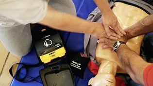 Apprentissage des gestes de premiers secours et de l'utilisation d'un défibrillateur automatique. (FRED DUFOUR / AFP)