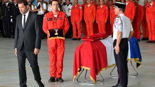 Christophe Castaner rend hommage le 6 août 2019 à Nîmes (Gard) à Franck Chesneau, le pilote décédé le 2 août 2019 à bord d'un bombardier d'eau. (PASCAL GUYOT / AFP)