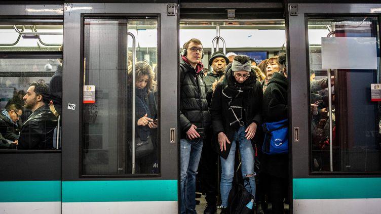 Des usagers du métro parisien le 10 janvier 2020. (MARTIN BUREAU / AFP)
