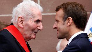 Hubert Germain et Emmanuel Macron en 2018 au Mont-Valérien, lors de la cérémonie de commémoration de l'appel du 18 juin 1940 du général de Gaulle. (CHARLES PLATIAU / AFP)