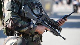 Un militaire de l'opération Sentinelle, le 6 août 2016 à Lorient (Morbihan). (JEAN-SEBASTIEN EVRARD / AFP)