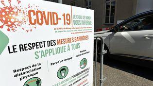 Un panneau indique comment respecter les gestes barrières à l'entrée du centre hospitalier de Nancy (Meurthe-et-Moselle), le 20 mai 2020 (ALEXANDRE MARCHI / MAXPPP)