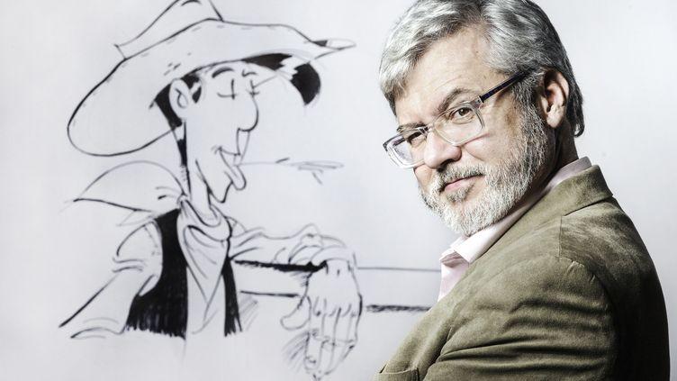 Le dessinateur Hervé Darmenton, alias Achdé, au côté du personnage de Lucky Luke en 2016. (JOEL SAGET / AFP)