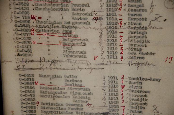 Le nom d'Altoun Krikorian sur la liste des orphelines de Tebrotzassère, photographié le 3 avril 2015. (THOMAS BAÏETTO / FRANCETV INFO)