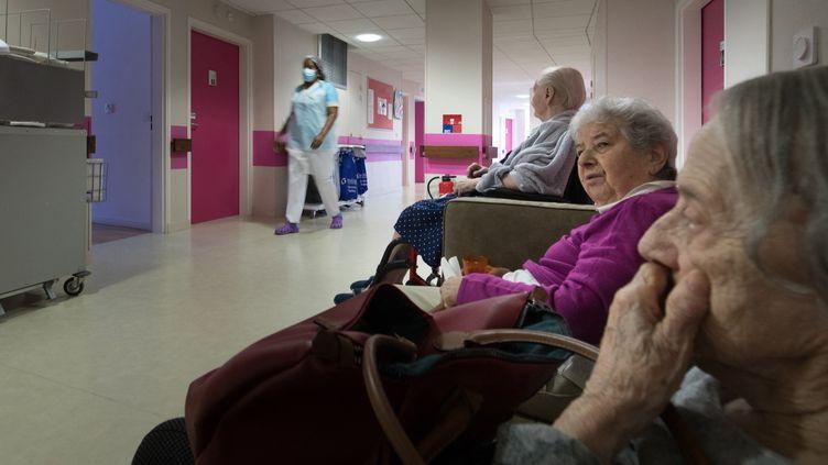 Des personnes âgées dans un Ehpad à Aulnay-sous-Bois (Seine-Saint-Denis), le 6 mai 2020. (JOEL SAGET / AFP)