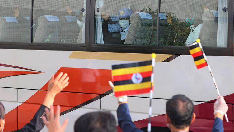 Les athlètes ougandais quittent leur camp d'entraînement pour rejoindre leur hôtel, à Osaka, le 20 juillet. (MAKOTO KONDO / YOMIURI / AFP)