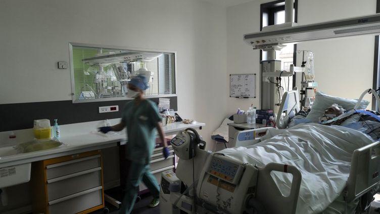 Un patient en réanimation à l'hôpital Pasteur de Colmar (Haut-Rhin), le 22 avril 2021. (SEBASTIEN BOZON / AFP)