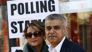 Le candidat travailliste à la maire de Londres, Sadiq Khan, et son épouse Saadiya Khan posent après avoir voté, le 5 mai 2016 à Londres. (REUTERS)