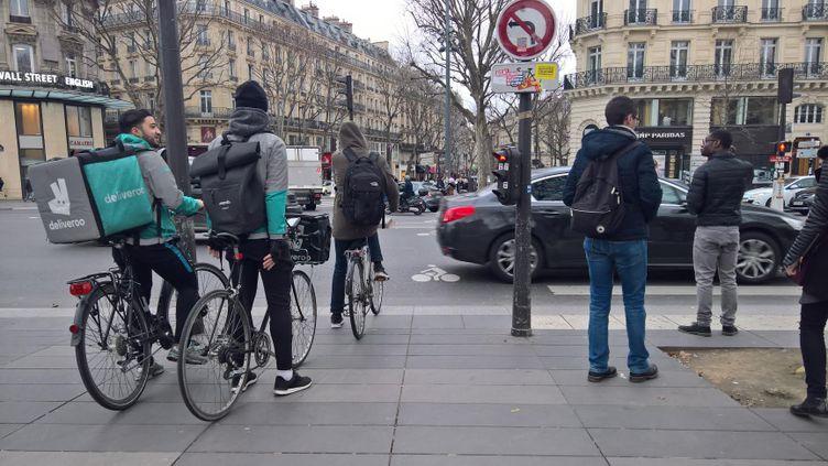 Des livreurs à vélo dans les rues de Paris, le 22 février 2017. (F. MAGNENOU / FRANCEINFO)