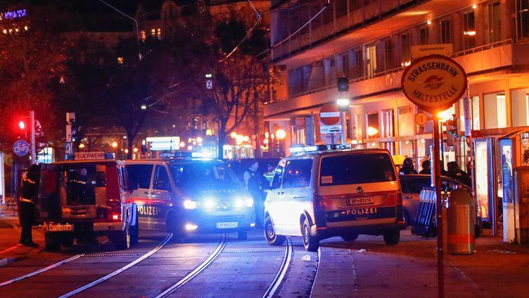 Des véhicules de police bloquent l'accès à une rue du centre de Vienne (Autriche) après des coups de feu, le 2 novembre 2020. (LEONHARD FOEGER / REUTERS)