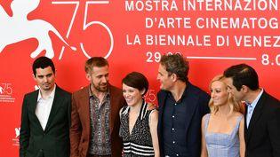 """Venise, 75e Mostra. A côté de Damien Chazelle, l'équipe du film """"First time"""" : Ryan Gosling, l'actrice Claire Foy, l'acteur Jason Clarke, l'actrice Olivia Hamilton et le scénariste Josh Singer.  (Vincenzo PINTO / AFP)"""