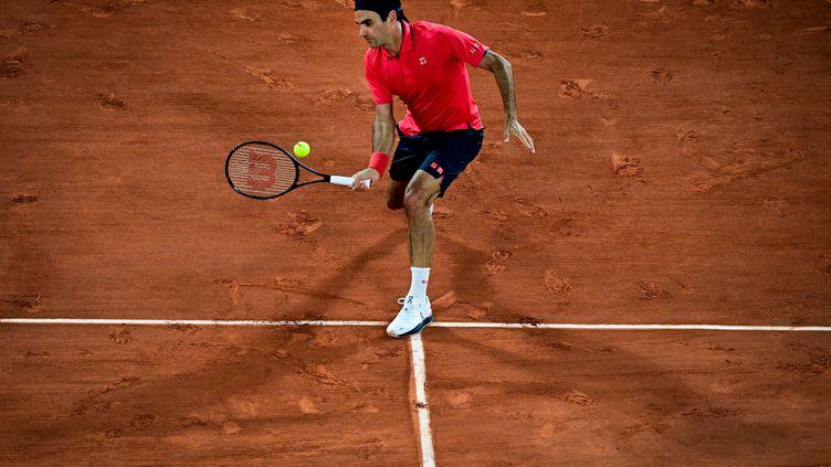 Roger Federer affronte l'Allemand Dominik Koepfer au troisième tour de Roland-Garros. (MARTIN BUREAU / AFP)