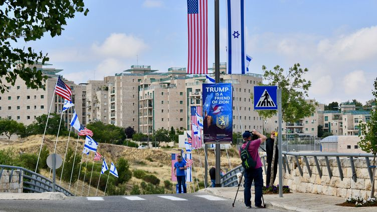 Dans les rues de Jérusalem, les drapeaux américains et israéliens flottent côte à côte, le 13 mai. (GILLES BADER / CROWDSPARK)