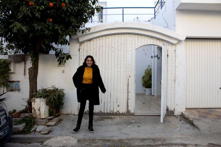 Eya Azouz devant sa maison à Oued Ellil en Tunisie, le 11 février 2021. (ELISE LAMBERT/FRANCEINFO)