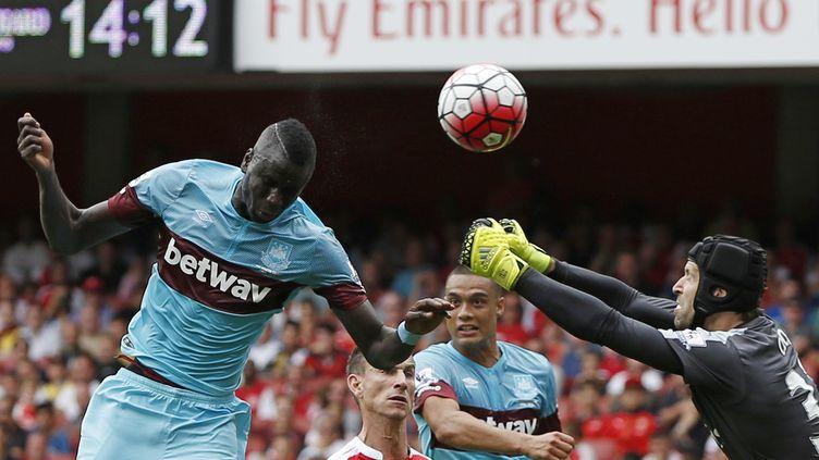Kouyaté (West Ham) devance la sortie de Cech (Arsenal) (ADRIAN DENNIS / AFP)