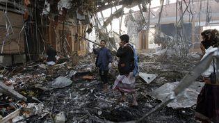Des secouristes yéménites recherchent des victimes dans les décombres après les bombardements sur Sanaa, la capitale du Yémen, le 8 octobre 2016. (MOHAMMED HUWAIS / AFP)