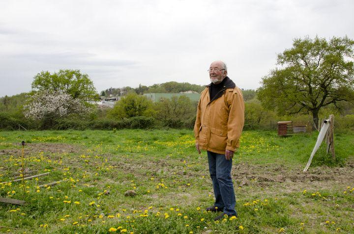 L'historien amateur Joseph Brevet devant le site de l'ancienne mine d'or de Saint-Pierre-Montlimart (Maine-et-Loire), aujourd'hui occupé par l'entreprise Eram, le 16 avril 2015. (THOMAS BAIETTO / FRANCETV INFO)