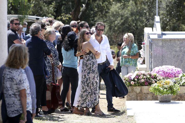 Nicolas Bedos et la chanteuse Izïa Higelin au cimetière de Lumio (Corse), durant les funérailles de Guy Bedos le 8 juin 2020. (PASCAL POCHARD-CASABIANCA / AFP)
