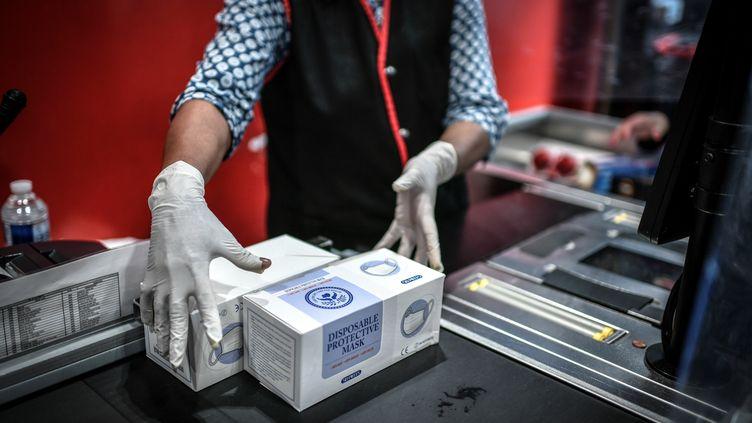 Lesmasques jetables sont autorisés à la vente dans les supermarchés depuis le 4 mai 2020. (STEPHANE DE SAKUTIN / AFP)