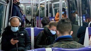 Des voyageurs de la ligne 13 du métro parisien, le 4 novembre 2020. (MARTIN BUREAU / AFP)