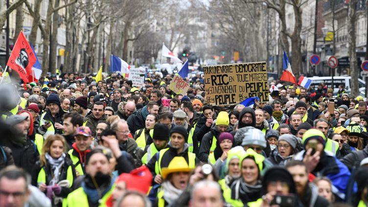 """Des """"gilets jaunes"""" manifestent dans Paris, le 26 janvier. (ALAIN JOCARD / AFP)"""