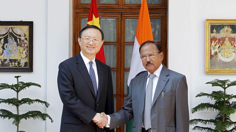Le conseiller d'Etat Yang Jiechi (à gauche) et le conseiller à la sécurité nationale indienne Ajit Doval, le 23 mars à New Dehli, lors de la 18e Rencontre des représentants spéciaux pour la question frontalière sino-indienne. (REUTERS/Stringer)