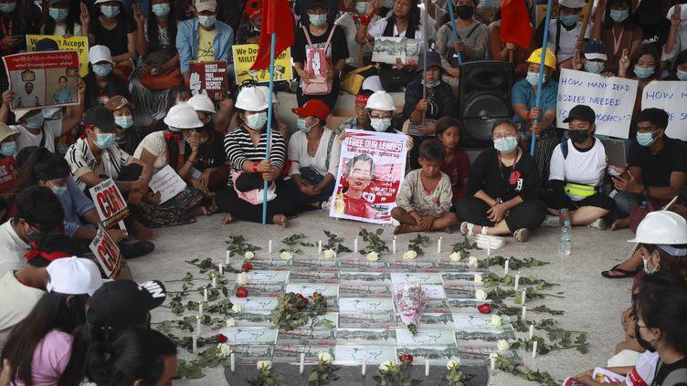 Des manifestants lors d'un rassemblement contre le coup d'Etat militaire en Birmanie, le 21 février 2021. (AP/SIPA)