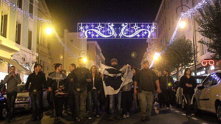 Des manifestants marchent vers la préfecture d'Ajaccio (Corse), samedi 26 décembre 2015. (YANNICK GRAZIANI / AFP)
