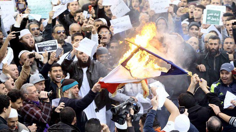 (Manifestation vendredi à Alger contre Charlie Hebdo et les caricatures du prophète Mahomet. Des drapeaux français ont été incendiés © REUTERS/Ramzi Boudina)