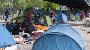 Une centaine de migrants, pour la plupart venant d'Afrique de l'Est, campent sous le métro aérien, à Paris, dans le 18earrondissement. (JDD / SIPA)