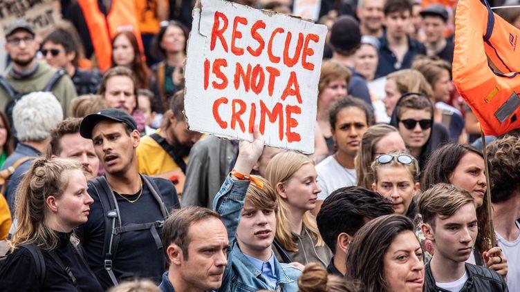 """""""Secourir n'est pas un crime"""". Des dizaines de milliers d'Allemands ont défilé samedi 6 juillet dans plus de cent villes pour soutenir l'action des ONG en Méditerranée. (OMER MESSINGER / AFP)"""