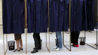 Des électeurs participent au second tour des élections municipales, le 30 mars 2014, à Lille (Nord). (CITIZENSIDE/THIERRY THOREL/AFP)