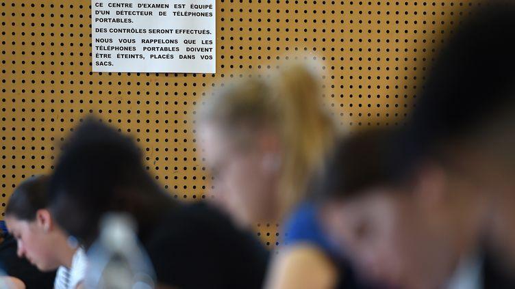 Des lycéens durant l'épreuve de philosophie du baccalauréat le 17 juin 2019 à Strasbourg dans le Bas-Rhin (Photo d'illustration). (FREDERICK FLORIN / AFP)