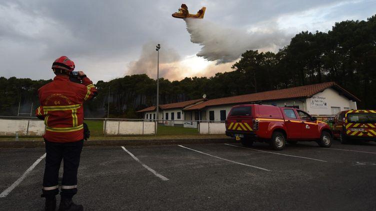 Un pompier devant l'incendie à Anglet (Pyrénées-Atlantiques) le 30 juillet 2020. (GAIZKA IROZ / AFP)