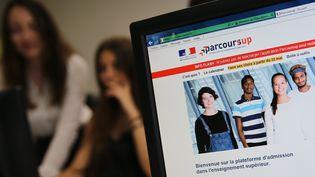 Des élèves en train de consulter le site Parcoursup à Mulhouse (Haut-Rhin). (MAXPPP)