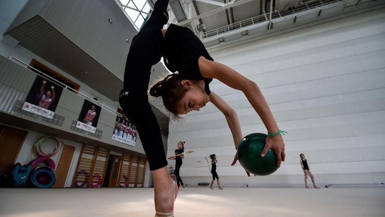 Une gymnaste s'entraîne avec un ballon à Moscou, le 30 mai 2016. (KIRILL KUDRYAVTSEV / AFP)