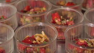 À Mouans-Sartoux (Alpes-Maritimes), les élèves mangent tous les jours des repas 100% bio au sein de leur cantine scolaire. Résultat ? Le gaspillage a diminué de 80% et le coût de revient a également baissé. (France 3)