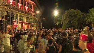 La vidéo provoque l'indignation sur les réseaux sociaux : celle du concert du groupe The Avener, ce samedi 11 juillet à Nice. On y voit une foule compacte sur la promenade des Anglais. Les internautes dénoncent le manque de distance entre les fêtards et le non-respect des gestes barrières. (France 3)
