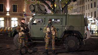 Des militaires belges en patrouille, le 23 novembre 2015, à Bruxelles (Belgique). (BENOIT TESSIER / REUTERS)
