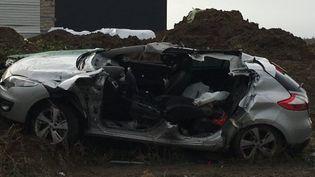 Une voiture détruite après qu'une rafale de vent a emporté la toiture d'un gymnase à Arcques (Pas-de-Calais), le 8 février 2016. (ERIC BAY / NRJ / FRANCE 3 NPDC)