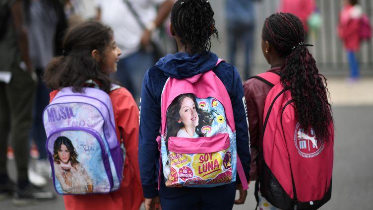 Des écolières lors de la rentrée scolaire dans une école de Corbeil-Essonnes à Paris, le 4 septembre 2017. (CHRISTOPHE SIMON / AFP)