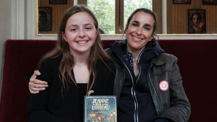 Chloé, finaliste du Centre-Val de Loire et son auteur Carole Trébor, à la Comédie Française. (Marine Ritchie)