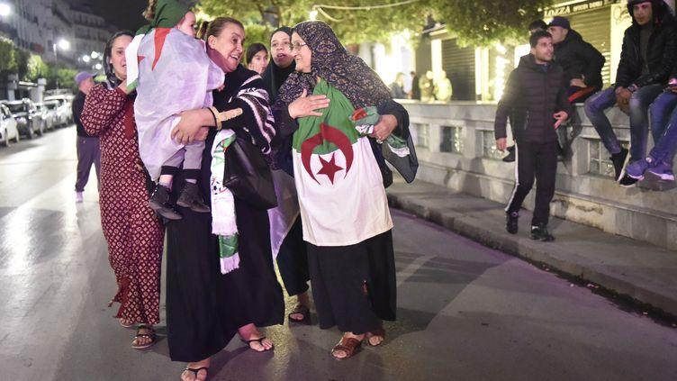 Des habitants d'Alger (Algérie) dans la rue mardi 2 avril 2019, pour célébrer la démission du président Abdelaziz Bouteflika (RYAD KRAMDI / AFP)