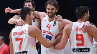 L'équipe de basket d'Espagne célèbre la victoire, le 20 septembre 2015, à Lille. (PHILIPPE HUGUEN / AFP)