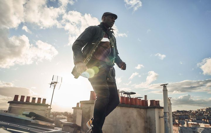 Assane Diop en fuite sur les toits de Paris (Lupin, dans l'ombre d'Arsène, Netflix)