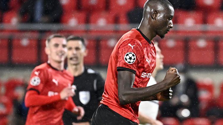 Sehrou Guirassy le poing rageur après son ouverture du score pour le Stade Rennais. (DAMIEN MEYER / AFP)