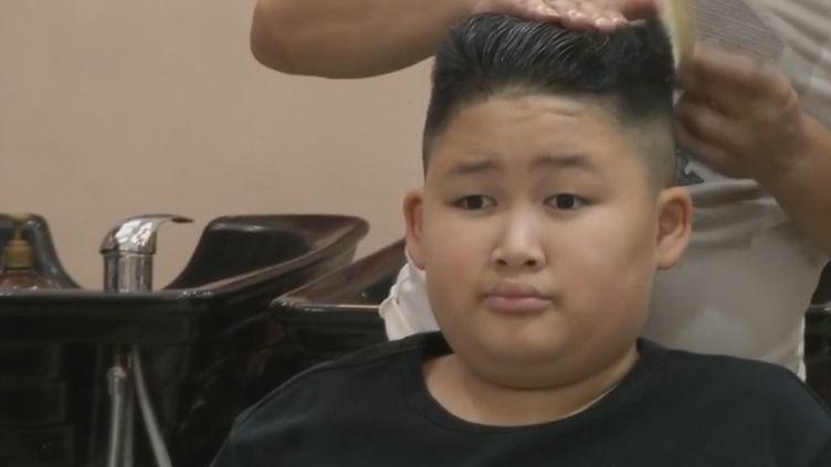 Un vietnamien en train se se faire couper les cheveux comme ceux du leader Jim Jong-un. (France 2)